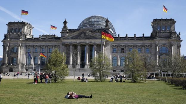 Zu sehen ist das Reichstagsgebäude in Berlin, das seit 1999 wieder Sitz des deutschen Bundestags ist.