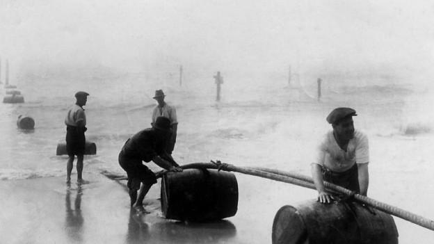 Arbeiter beim Verlegen eines transatlantischen Kabels 1925 bei New York.