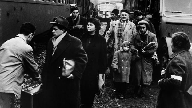 Flüchtlinge aus Ungarn besteigen 1956 in Österreich einen Zug Richtung Schweiz.