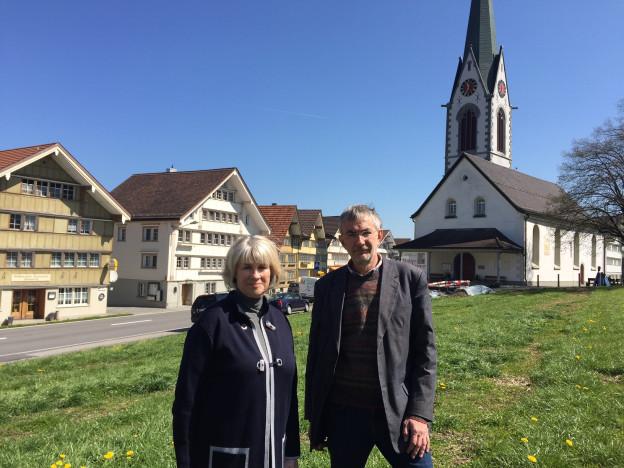 Marianne Kleiner und Hanspeter Spörri auf dem Landsgemeindeplatz in Hundwil.