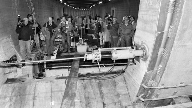 Fotografen neben den Panzertüren des Bunkers während der Übung.