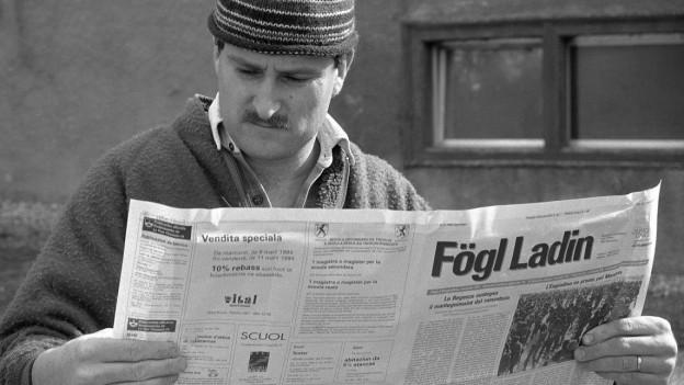Ein Bauer aus der Engadiner Gemeinde Ramosch liest die rätoromanische Zeitung «Fögl Ladin».