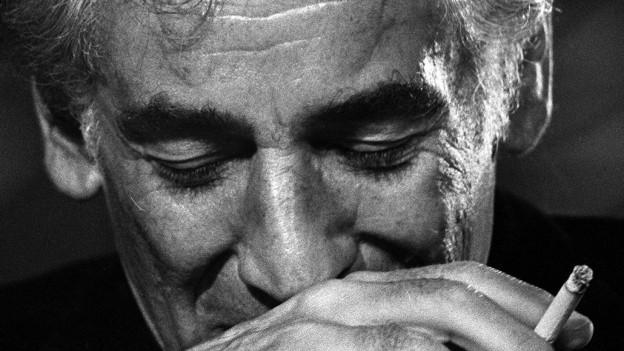 Leonard Bernstein, rauchend und denkend.