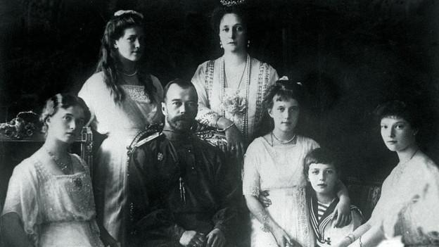Die Zarenfamilie auf einem Bild - der Zar, seine Frau, die vier Töchter und Sohn Alexei.