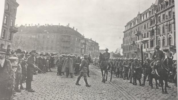 Truppenaufmarsch auf dem Bubenbergplatz in Bern. Wo sind die Frauen?