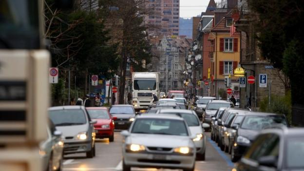 Weststrasse Zürich mit vielen Autos im Stau.