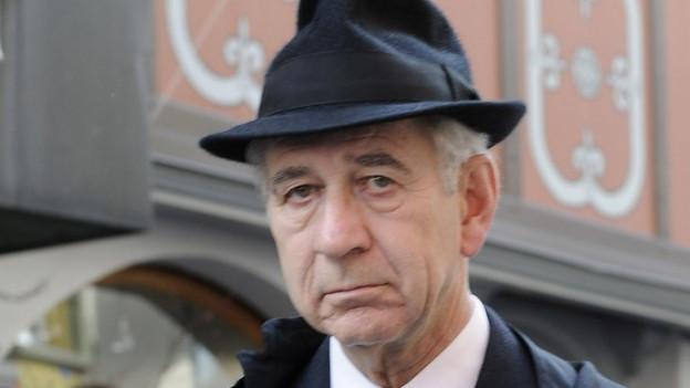 Franz Breitenmoser, ein älterer Mann in Mantel und Hut