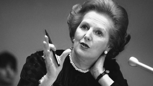Zu sehen ist Margaret Thatcher während einer Medienkonferenz der UNO im Juni 1982.