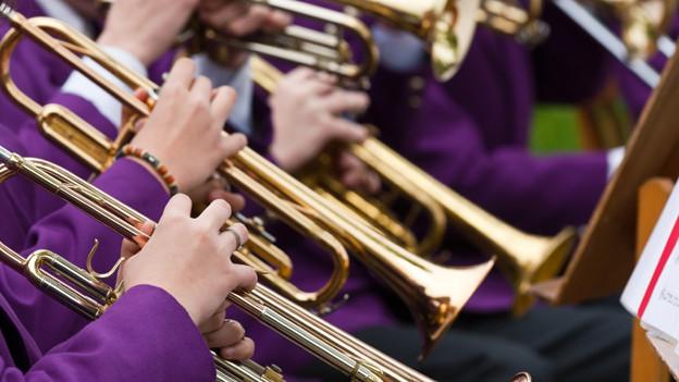 Trompetenspieler in violetten Uniformen.