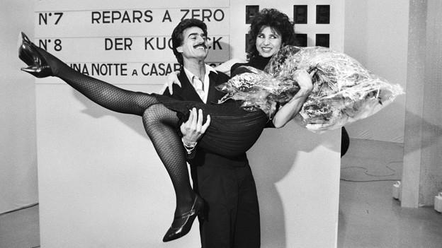 Musiker und Entertainer Pino Gasparini und Marriella Farre feiern im Februar 1985 ihren Sieg bei der Schweizer Ausscheidung vom Concours Eurovision de la Chanson. In der Sendun zur Einstimmung auf den Eurovision Song Contest ist Marriella Farre mit dem Titel «Io cosi non ci sto» zu hören.