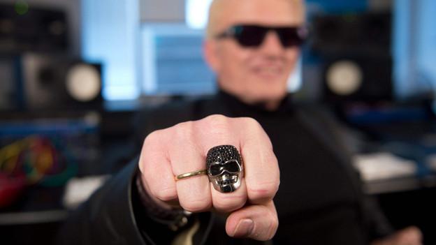 Totenkopf-Ring anstatt Trachtenlook - Heino ändert sein Image.