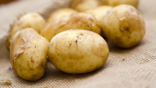 «Gschwellti», wie man in der Schweiz für in der Schale gekochte Kartoffeln sagt.