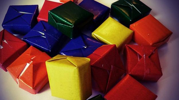 In verschieden farbiges Papier verpackte Bonbons.