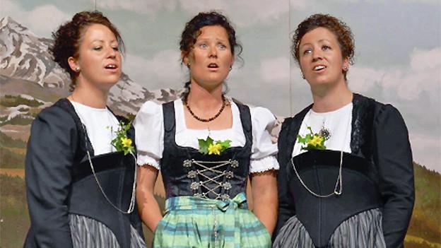 Im Terzett ChriMaFrä singen Christa, Marita und Fränzi (v.l.n.r.). Vor ihrem Auftritt bei «Alpenrose 2013» sind sie in der Einstimmungssendung zur Show kurz zu Gast bei Joël Gilgen.