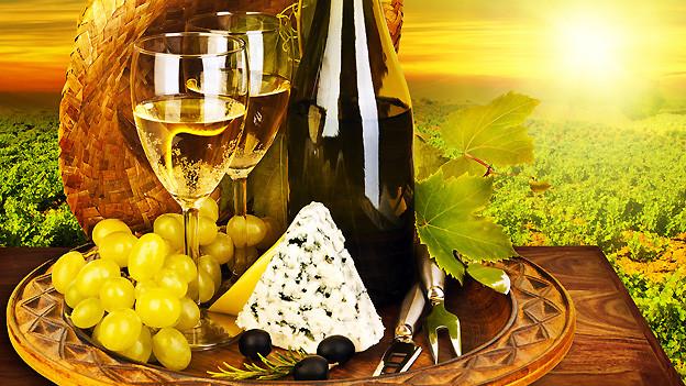 Stillleben mit Wein und anderen Köstlichkeiten (Symbolbild).