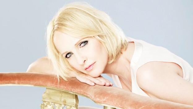 Kristina Bach coverte 1984 Minas Evergreen «Heisser Sand»