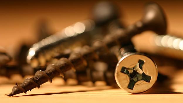 Schrauben lassen sich zum besseren Eindrehen mit verschiedenen Mitteln schmieren.