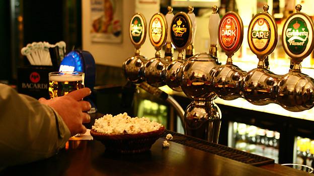 Berner gönnen sich ihr Feierabend-Bier in der «Beiz».