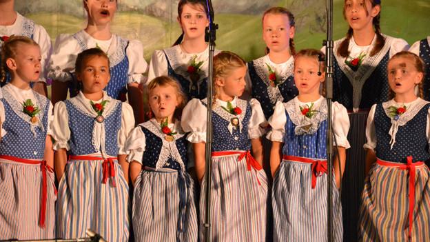 Das Kinderchörli Mosnang bei ihrem Auftritt am Nationalen Final zum «Folklorenachwuchs 2013».