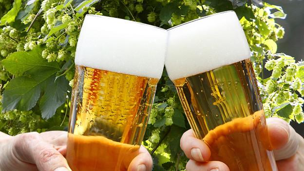 Eine Stange Bier erinnert optisch an eine Metall- oder Holzstange.