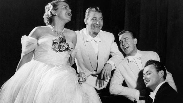 Klaerli, Willy und Werner Schmid (v.l.) singen einen ihrer Hits, begleitet vom Komponisten Artur Beul.