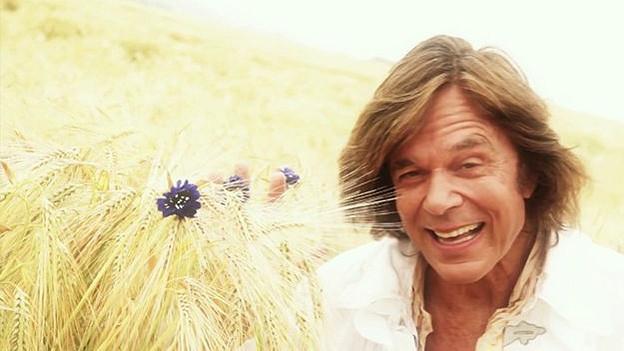 37 Jahre nach seinem Hit «Ein Bett im Kornfeld» präsentiert Jürgen Drews einen bunten Schlagerstrauss «Kornblumen» mit seinem aktuellen Album.