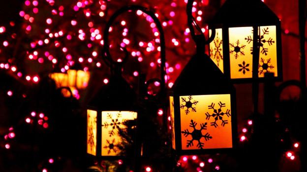 Eine Weihnachtslaterne lässt sich leicht auch selber herstellen.