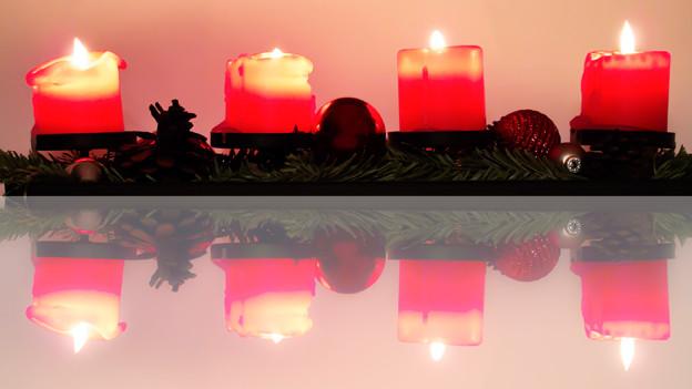 Vier Kerzen brennen und verkünden, dass bald Weihnacht ist.