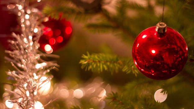 Ein geschmückter Weihnachtsbaum steht nach guter alter Tradition zu in vielen Schweizer Stuben.