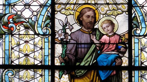 Kirchenfenster mit dem Heiligen Josef und Jesuskind.