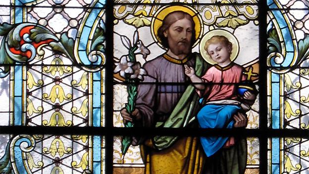 Glasfenster in der Mariahilfer Kirche in Graz. Der «Seppi-Tag» am 19. März wird in der Katholischen Kirche seit dem 12. Jahrhundert zu Ehren des Heiligen Josef begangen, dem Ziehvater von Jesus.