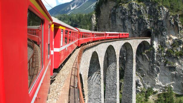Einsteigen und eine musikalische Reise quer durch die Schweiz geniessen.