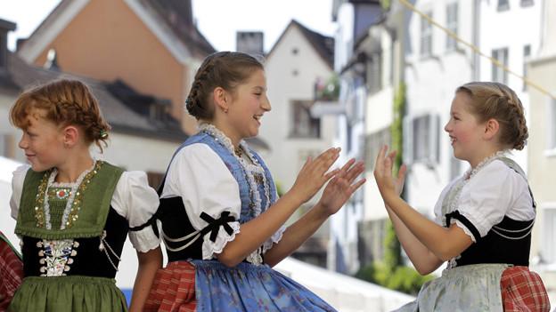 Ausgelassene Gruppe Mädchen beim Eidgenössischen Volksmusikfest Chur 2011.