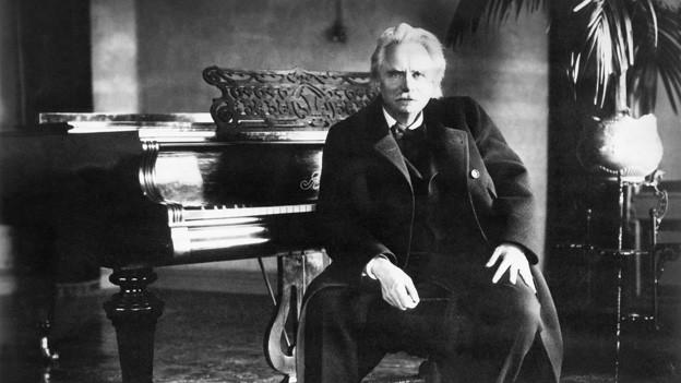 Der norwegische Komponist Edvard Grieg (1843-1907) vor seinem Flügel, undatierte Aufnahme.