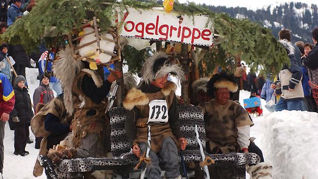Aktuelle Themen inspirieren die Hornschlitten-Bauer Jahr für Jahr zum Schmücken ihres Gefährts. Beim 16. Internationalen Hornschlitten-Rennen 2004 vom Hummersboden nach Alt St. Johann war zum Beispiel die Vogelgrippe ein beliebtes Sujet.