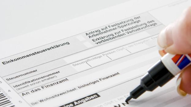Mehrere Fachkräfte bieten im Auftrag der Pro Senectute ihre Hilfe beim Ausfüllen der Steuererklärung an.