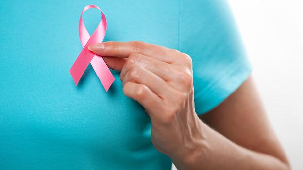 Die rosa Schleife drückt Solidarität mit an Brustkrebs erkrankten Menschen aus.
