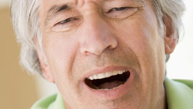 Vielfach empfindet man einen Hustenanfall einfach nur als lästig. Es kann sich aber auch mehr als nur eine Erkältung dahinter verbergen.