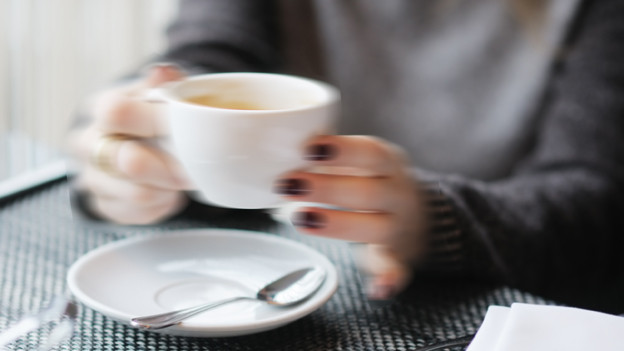Wer so stark zittert, dass er kein Glas oder keine Tasse mehr halten kann, verliert schnell die Selbstständigkeit.