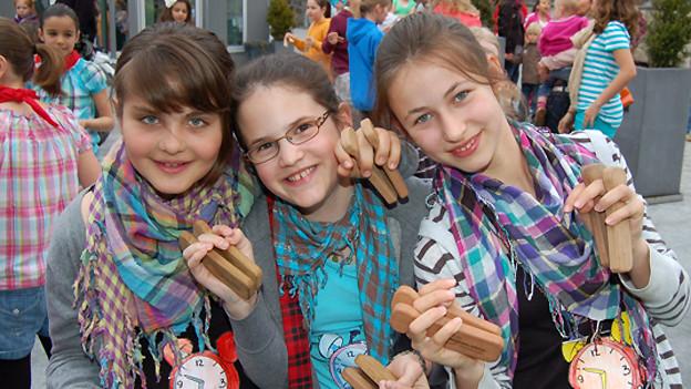 Diese drei Mädchen haben offensichtlich viel Spass am «Priis-Chlefele» 2012.