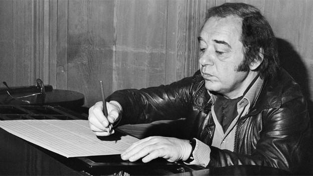 Paul Kuhn - Musiker, Bandleader, Pianist und Leiter des RIAS-Orchesters Basel - im Oktober 1978 beim Komponieren.