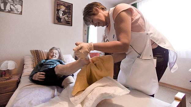 Diese Frau geniesst ein paar Tage Ferien und wird im Hotel von der Spitex genauso gut versorgt wie zu Hause.