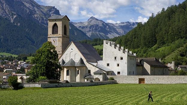 Das Kloster St. Johann in Müstair mit dem Plantaturm (rechts) und der Klosterkirche. Das Benediktinerkloster mit der Kirche aus dem 8. Jahrhundert steht seit 1983 auf der Liste der UNESCO-Welterbestaetten.