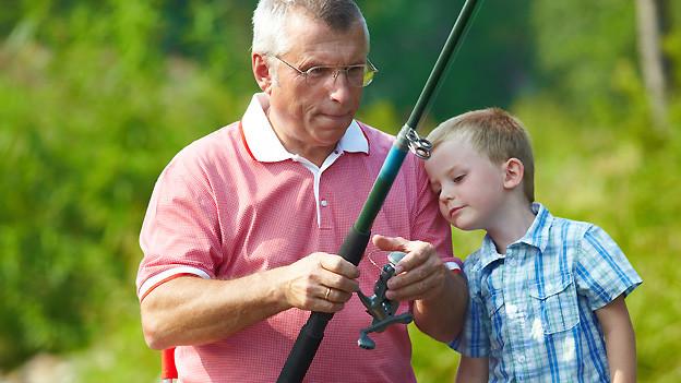 Opa hat Zeit, weiss vieles zu erzählen und erklärt, wie Dinge funktionieren. Das macht dem Enkel offensichtlich Spass.