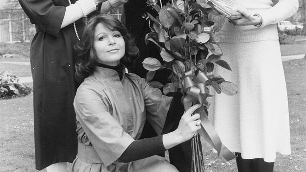Ein Foto aus dem SRF-Archiv von 1975: Diese Rosen hat Piera Martell nicht etwa erhalten, sondern verschenkt und zwar an Kurt Felix, zu seinem 10-Jahr-Jubiläum als Mitarbeiter des Schweizer Fernsehens.