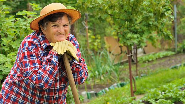 Gartenarbeit gehört zu den Tätigkeiten, die auch im Alter für ausreichend Bewegung sorgen.