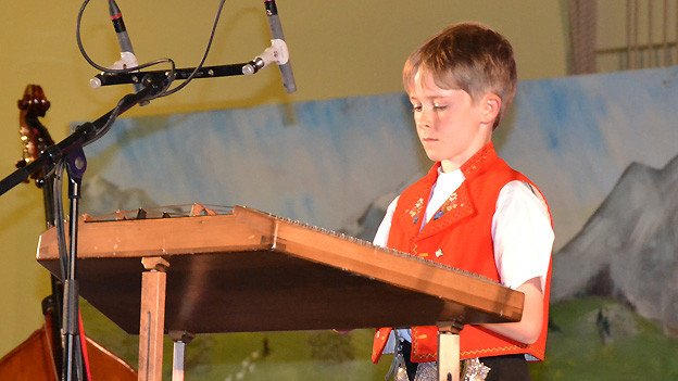 Hackbrettspieler Joshua Broger zeigt sein Können beim Wettbewerb «Folklorenachwuchs 2013».