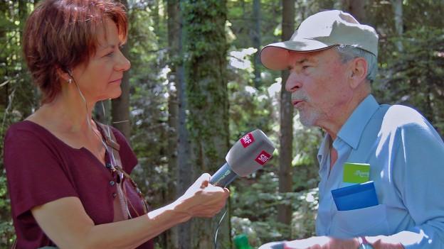 Ein Interview im schattigen Wald. Susanne Sturzenegger, Schabelweid-Redaktorin im Gespräch mit Peter Eggenberger