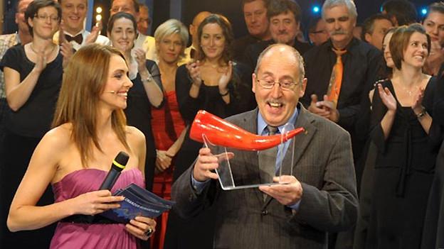 Gion Balzer Casanova freut sich 2009 über die Auszeichnung für «La sera sper il lag» als beliebtestes rätoromanisches Lied.