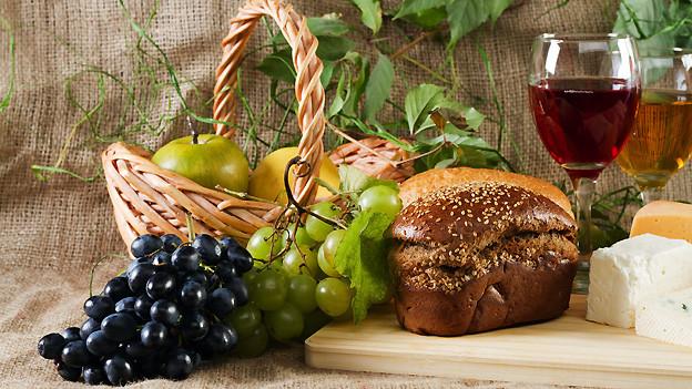 Stillleben mit Weintrauben, Wein und anderen Köstlichkeiten (Symbolbild).